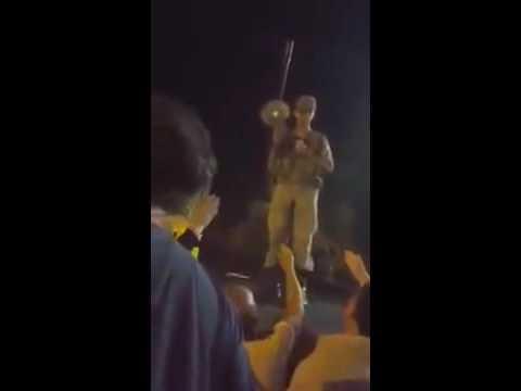 Darbeci asker vatandaşı alnından vuruyor