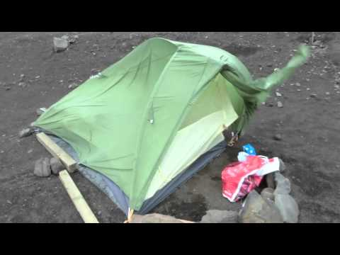 VauDe Hogan Ultralight getting trashed by Iceland and its winds