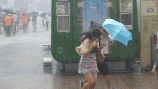 ゲリラ豪雨に逃げ惑う人々2013.7.7.渋谷ハチ公前。People who ran about trying to escape from a heavy rain. thumbnail
