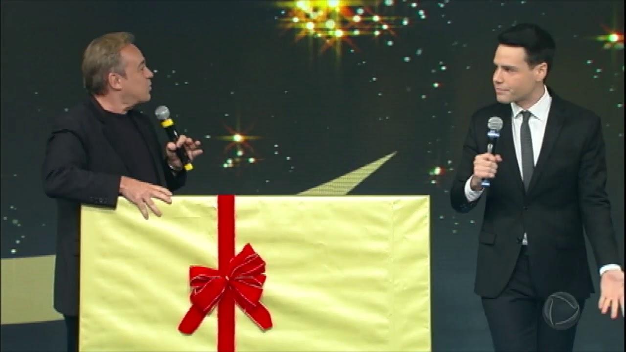 Luiz Bacci entrega quadro de presente para Gugu Liberato no Família Record