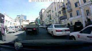 Грузовик невписался(Водитель грузовичка хотел перестроиться, но не рассчитал, что впереди идущий самосвал затормозит. Итог..., 2011-04-23T09:07:26.000Z)