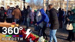 Люди несут цветы к стихийному мемориалу в Кемерове