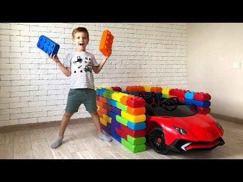 Марк строит гаражи для машинок Ламборгини из разноцветных игрушечных блоков.