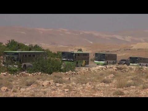 مقاتلو (سرايا أهل الشام) ولاجئون يتجهون من عرسال في لبنان إلى فليطة السورية  - 12:21-2017 / 8 / 15