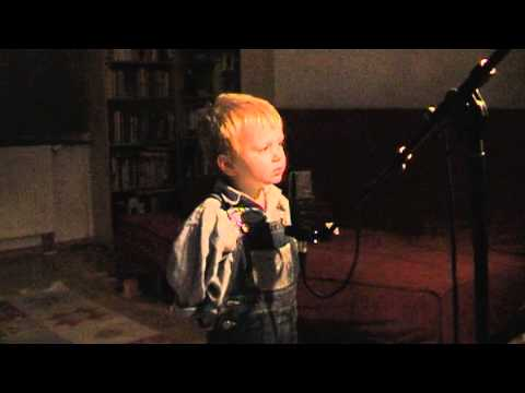 "2 FUNNY  GERMAN KIDS SINGING CHRISTMAS SONG ""Es schneit"""