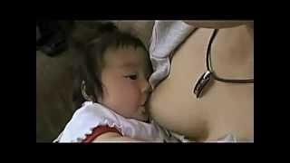 Кормление грудью японка