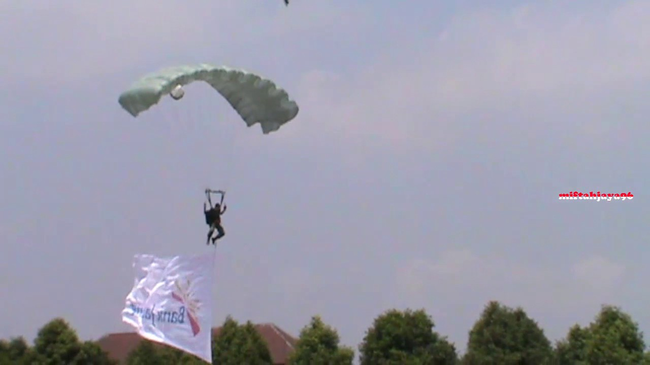 Download AKsi Terjun Payung TERBESAR (TNI, POLRI, UMUM) Pada Gladi Resik Pembukaan PPSMB UGM 2017