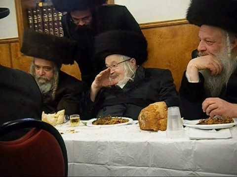 Bris grendson of Rabbi Schnebalg rav of Manchester - YouTube