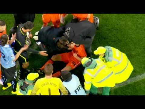 Uruguay / Niederlande WM 2010 Cáceres Trifft  Demy De Zeeuw Mit Fallrückzieher Voll Ins Gesicht HD