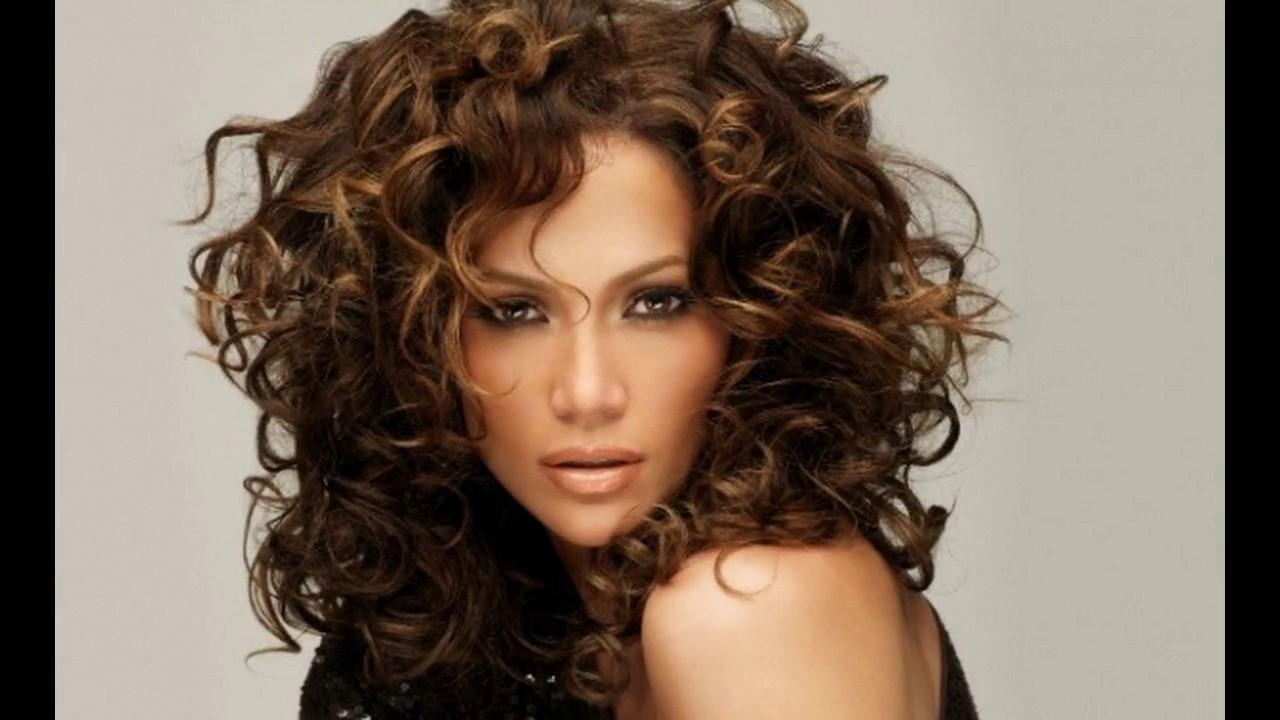 Corte de pelo rizado moderno mujer