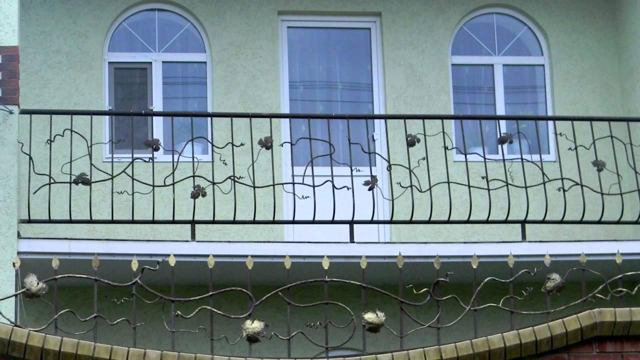 Арочные окна в частном доме выходят на балкон с коваными пер.