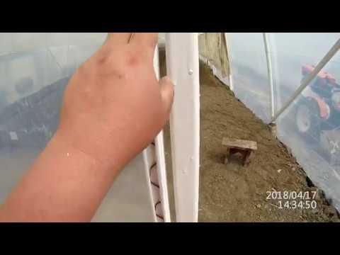 видео: крепление пленки  на теплицу, дешево и сердито.