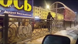 На Челюскинцев автомобиль застрял на рельсах