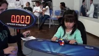 بالفيديو: طفلة في الثالثة تحل مكعب الروبيك خلال 47 ثانية