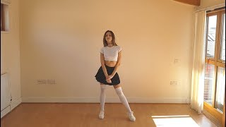 Mini Etekli Sevimli Kızdan Dans Şovu