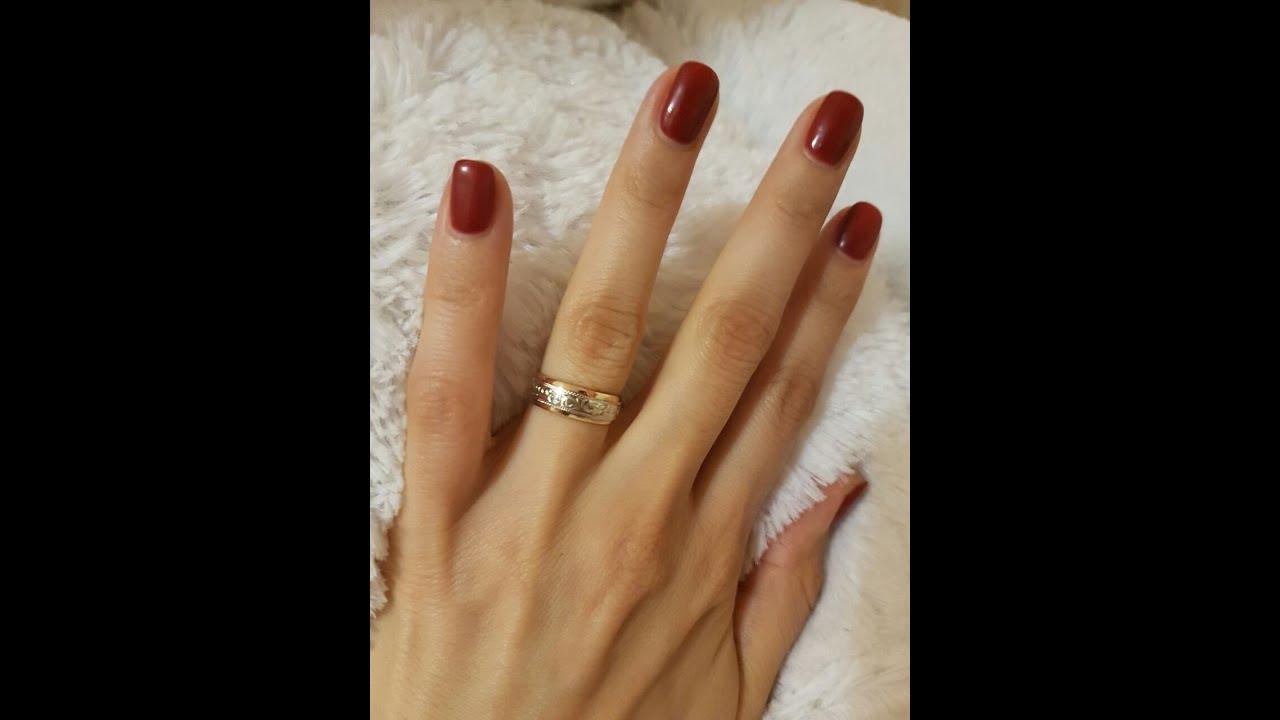 Помолвочное кольцо надевают на тот же палец, что и обручальное. В россии — это безымянный палец правой руки, в европе и сша — безымянный палец левой руки. В обеих традициях считается, что безымянный палец особенным образом связан с сердцем. При этом носить это кольцо на других.