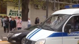 Оперативники обследуют здание банка в Анапе после сообщения о бесхозном предмете в здании