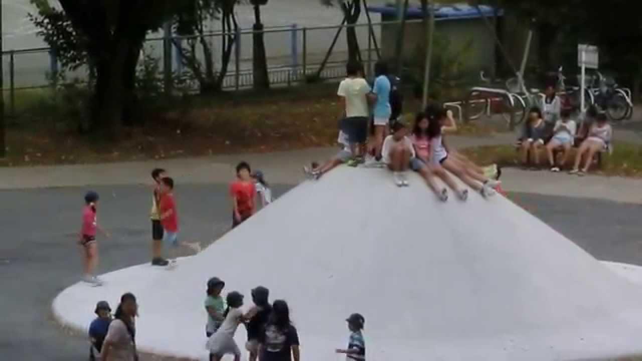 公園で遊ぶたくさんの小学生たち