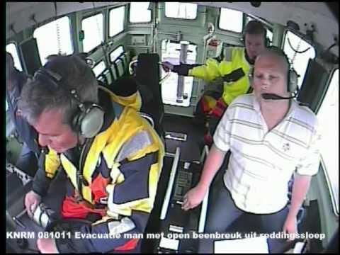 Man met open beenbreuk van vrije val boot geevacueerd