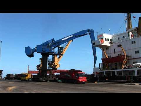 SENNEBOGEN - Port Handling: 880 EQ Material Handler Handling Coal In Samsun Port, Turkey
