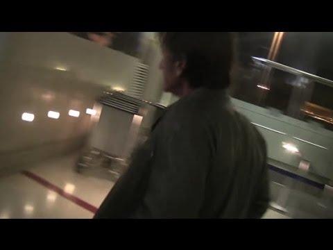 Charlize Theron and Sean Penn Get Off Same Flight From Hawaii | Splash News TV | Splash News TV