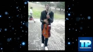🔥Парень с гитарой бодро отбивает!