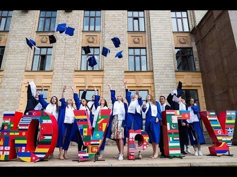 Выпускникам ЮУрГУ вручили дипломы