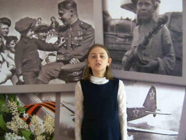 Изображение предпросмотра прочтения – ПолинаТетюева читает произведение «Под вечер в гестапо ее привели» А.А.Суркова