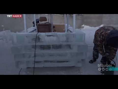 Rusya'da bir araya gelen bir grup arkadaş buzdan araba yaptı