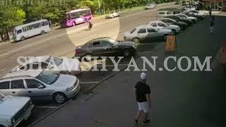 ԲԱՑԱՌԻԿ ՏԵՍԱՆՅՈՒԹ  Երևանում հետիոտնը իր մեղքով հայտնվում է ավտոմեքենայի տակ