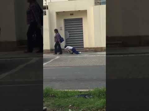 Arrastra a su hijo dormido para ir a la escuela