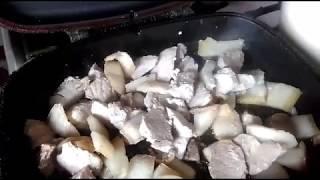 Жаренная свинина с луком и вареной картошкой.
