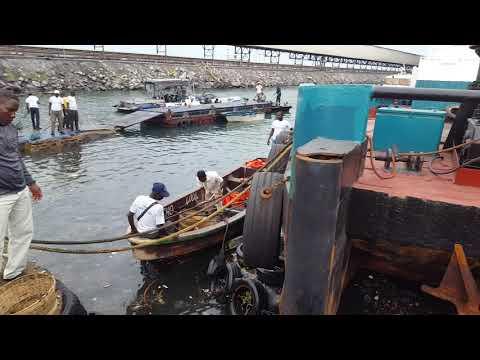 Opération d'assainissement des bassins du port de pêche de Lomé et de OTAM par COMMA-TOGO .