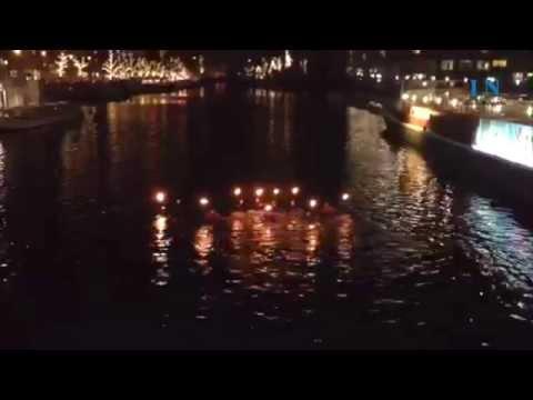 Stimmungsvolles Fackelschwimmen in der Lübecker Trave