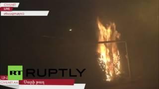 بالفيديو والصور.. اشتباكات بين الشرطة الأرمينية والمعارضة المسلحة