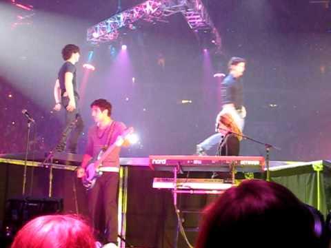 Jonas Brothers acrobatics