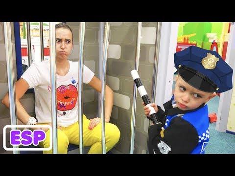 Vlad y Mama pretenden jugar en el centro de juegos para niños