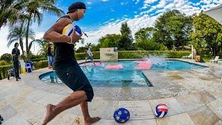 Ronaldinho juega a darle a sus amigos con el balón en la cabeza