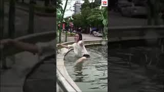 Nữ sinh ngáo đá ra công viên tập bơi