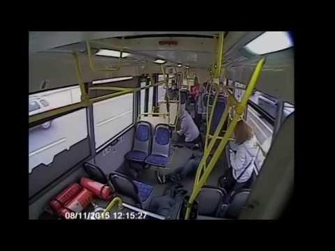 Москва  Автобус врезался в столб  ДТП сняли камеры внутри автобуса
