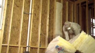 How to Install Batt Insulation (2/3): Insulating Tips from the Pros (Spanish subtitles)