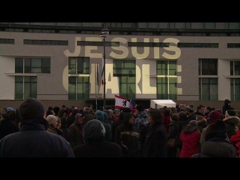 Attentats: rassemblements de soutien à la France