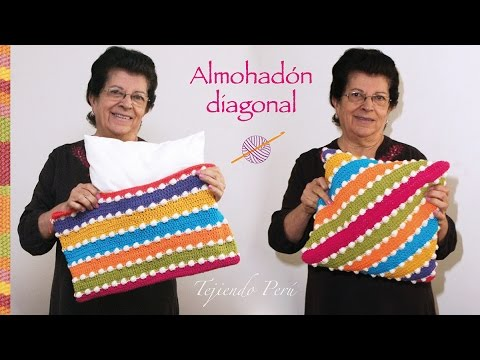Funda en diagonal tejida a crochet para almohadones la - Como hacer almohadones ...