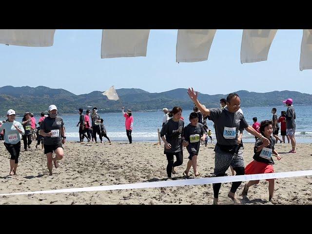潮風の中、659人が砂浜を裸足で快走