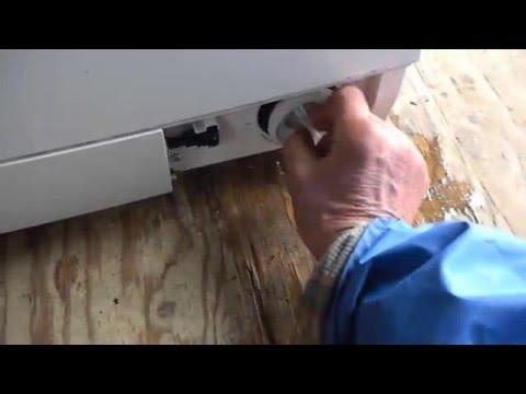 Cмотреть Как слить воду из стиральной машины Bosch (на видео воды нет)