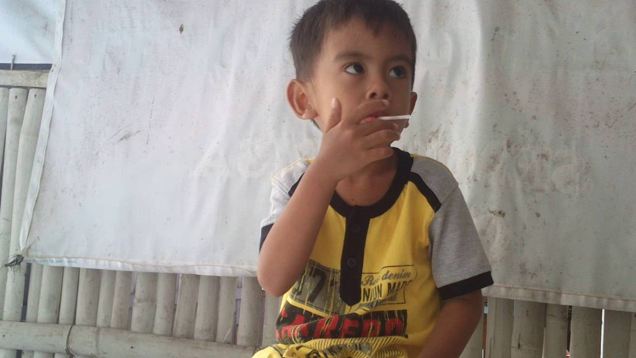 Heboh Anak Usia  Tahun Asik Merokok Di Warung Kopi