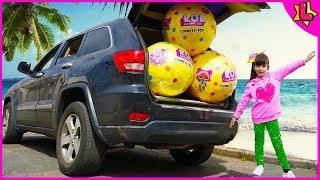 Laurinha Whole Car Surprise Balls - Laurinha brincando com bolas surpresas gigantes para crianças