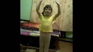 девочка 5 лет сама ставит танцы.)))