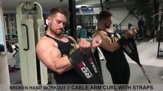 Biceps à la poulie avec des sangles pour s'entraîner malgré une main cassée