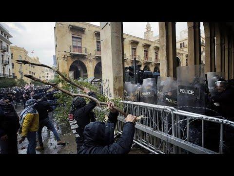 اشتباكات بين قوات الأمن ومتظاهرين في محيط البرلمان اللبناني…
